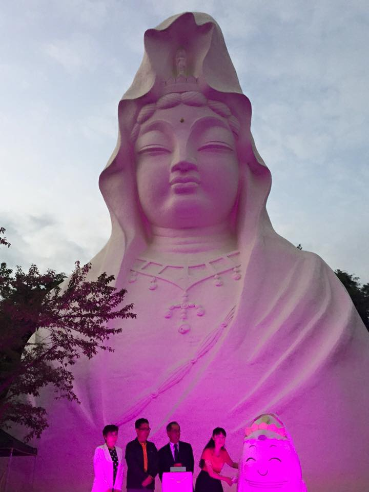 ピンク色にライトアップされた大船観音