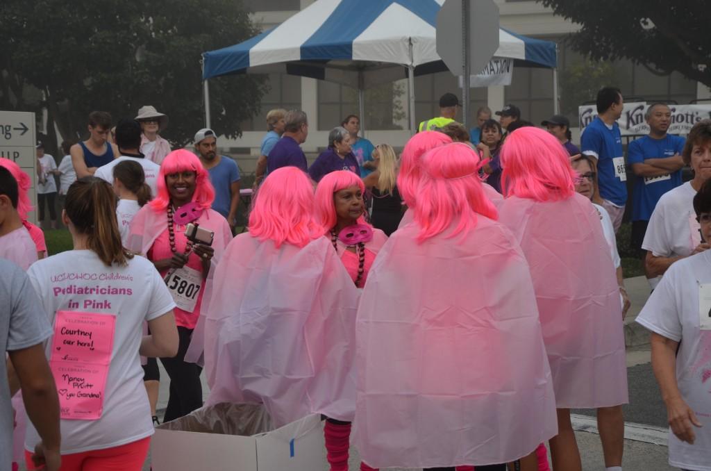 ピンクリボンイベントでピンクのウィッグを被った参加者