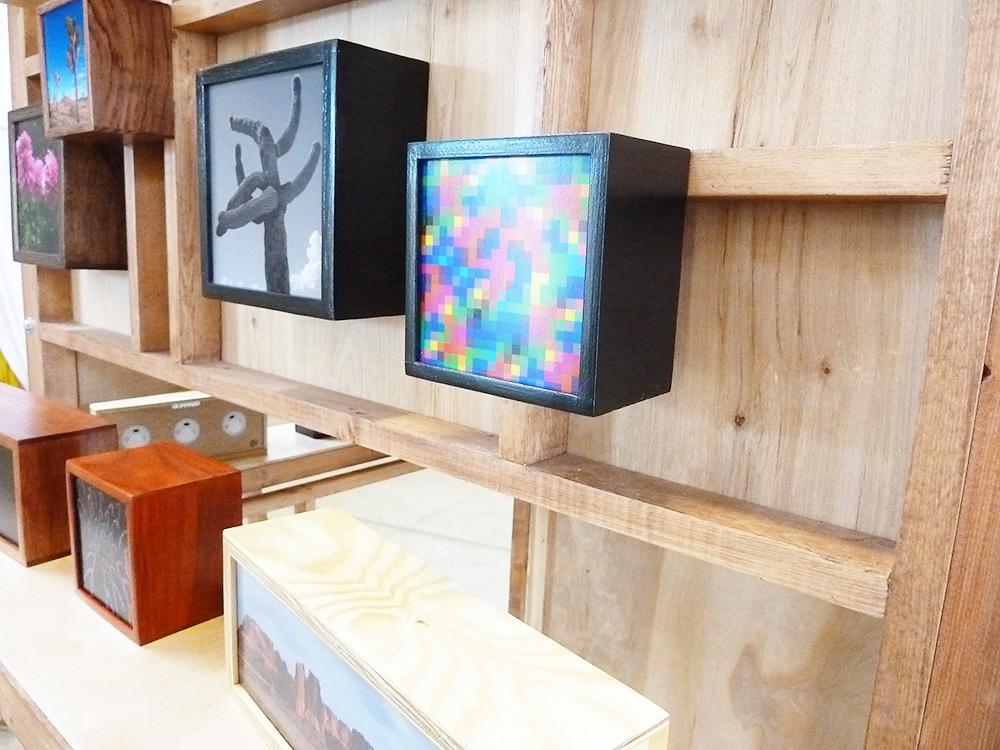 木目を生かしたシンプルなレイアウトで作品を展示販売