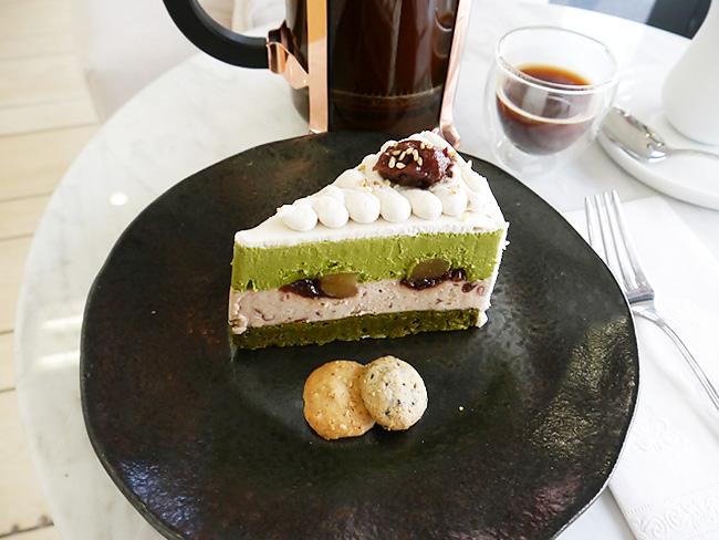 グリーン・ティー・ムース・ケーキとクッキー。ドリンクも全てオーガニック。コーヒーのポットと小さなカップ、お皿もアートの展示品のよう