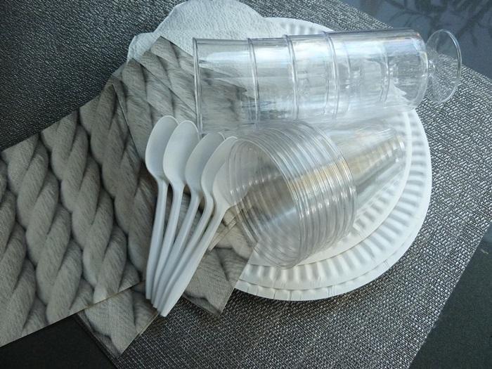 カトラリー、ナプキン、カップ、プレートも使い捨てで、準備も片付けも手間を掛けないLA&OC女子。使い捨てのアイテムもカラーや素材等が充実
