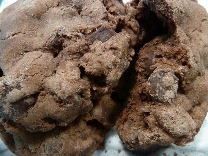 アメリカならではスゥィーツ「トリプル・チョコレート」。3種の異なるチョコレートが一体化して、ゴロゴロと立体感のあるロックなクッキーは、まったりと濃厚な味