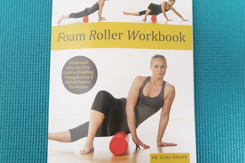 カール・ノフ(Karl Knopf)博士による著者『フォームローラーワークブック(Foam Roller Workbook)』。30年以上のキャリアで『ヘルシーヒップハンドブック(Healthy Hips Handbook)』などの出版、カリフォルニアのフットフィル大学でフィットネス・セラピスト・プログラムのコーディネートを行っています。