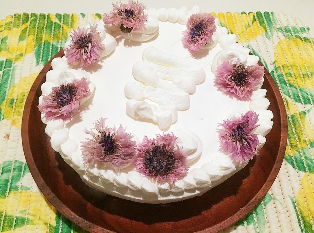 トレンドの酸っぱくない「花とカマンベールチーズのレアチーズケーキ