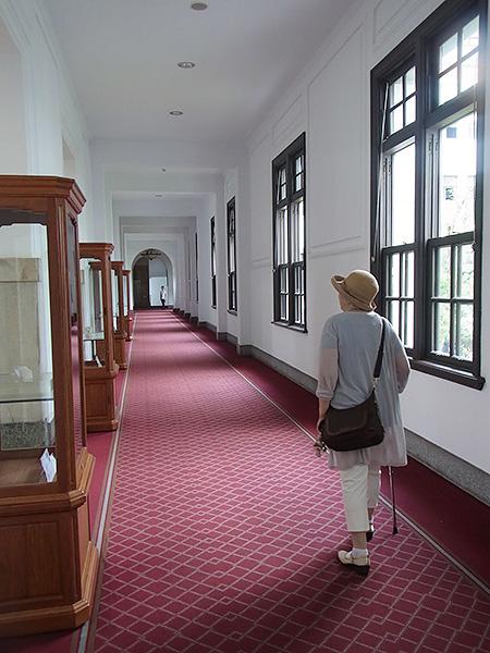 レッドカーペットの廊下。おじいちゃん、あなたの娘と孫は、あなたの歩いた廊下を今、歩いていますよ。