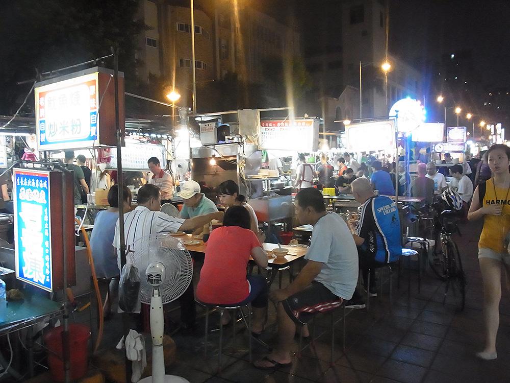 屋台で食事をする人たち。台湾らしい光景ですね。