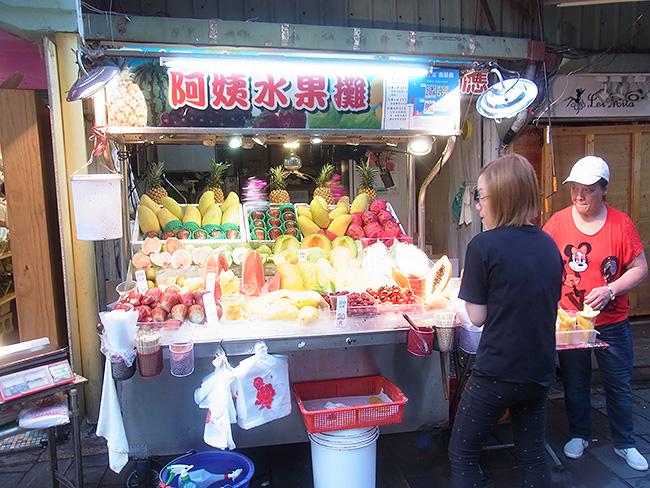 色鮮やかなフルーツを取り揃えたフルーツ屋さん、日本ではあまり見かけないフルーツも。