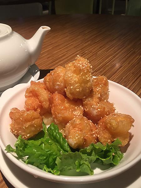 パイナップルチキンマヨ。全体的に味のバランスが良く、添えられている生のパイナップルと一緒に口にすると美味しいです。