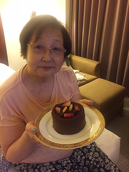 誕生日に部屋に置かれたケーキにとても喜んだ82歳になった母。少しは親孝行できたかな?