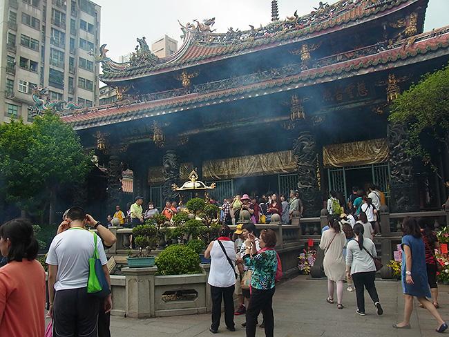 観光客だけではなく地元の人にも人気の高い寺院なので人が多く、線香の煙がモクモクです。