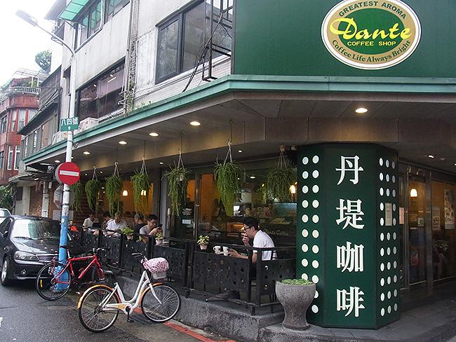 「珈琲」という漢字で、そこがカフェだということが分かります。街のあちこちにありました。
