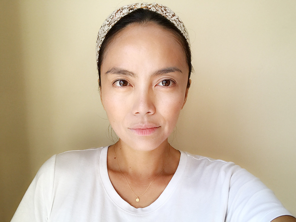 首と顔の色調を確認するために、この段階は手鏡よりも首から顔全体が見える鏡で見るのがおすすめ。