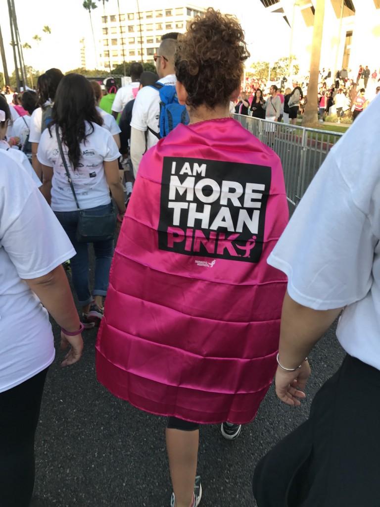 真っピンクのマントには、このイベントの今年のスローガン「MORE THAN PINK」の文字が大きくプリントされています