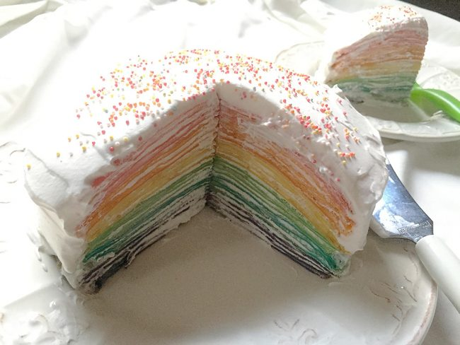 ケーキ型もオーブンも不要!簡単に作れる「レインボーミルクレープケーキ」