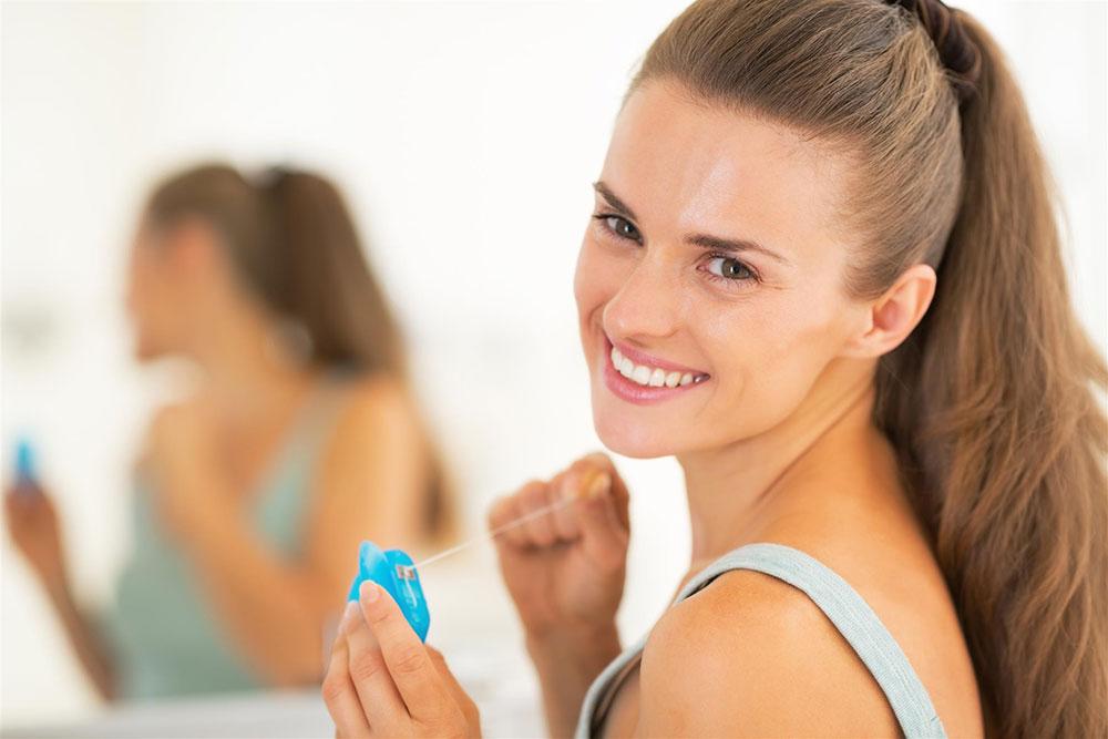 キレイな女性は使っている!デンタルフロスで輝く白い歯へ