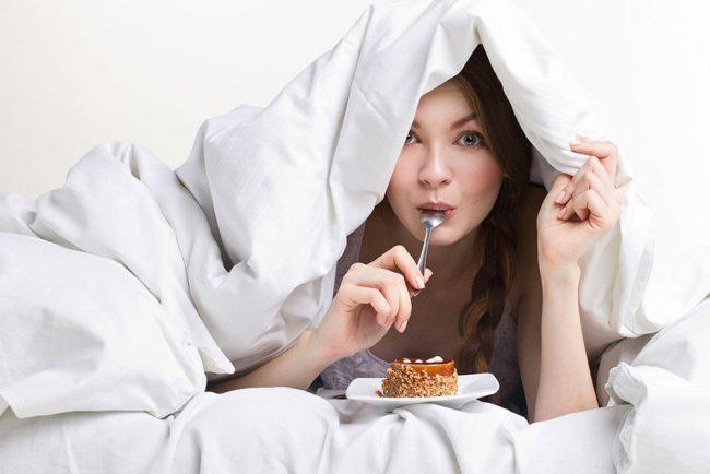 寝る前に食べても太らない?睡眠の質を上げる食べ物と避けるべき食べ物