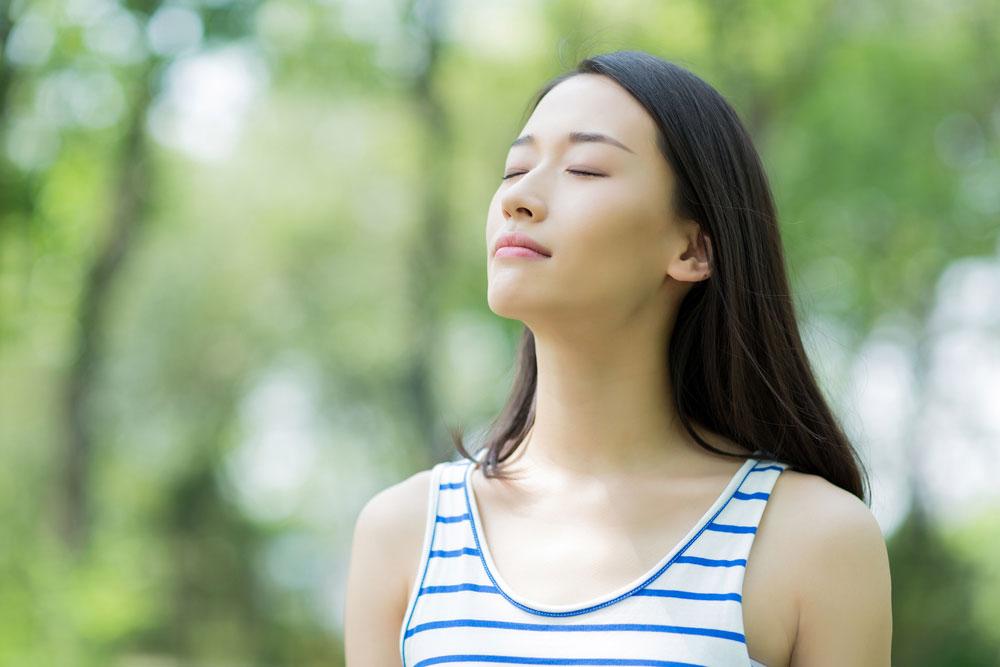 ヨガよりも簡単、瞑想よりも効果アリ?LA話題のブレスワーク(呼吸法)でストレスフリーな夏!【実践編】