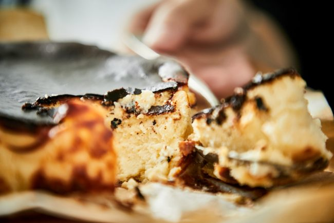 ワインに最適!大人に人気の「バスクチーズケーキ」
