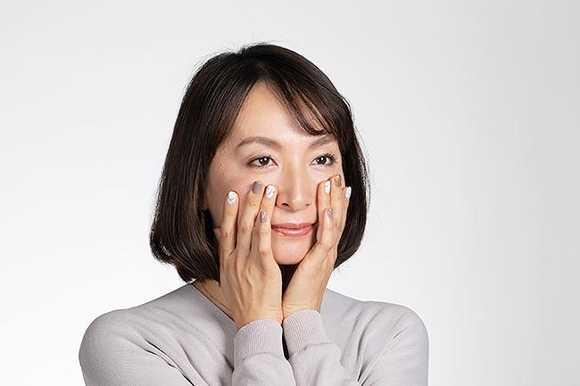保湿製品をつけるときは上からやさしく押さえるようにすると、化粧がヨレにくいです。