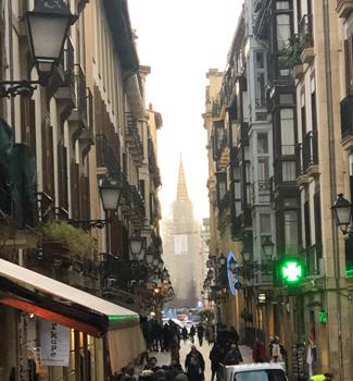 多くの人が行き交う、活気あふれる街「サン・セバスティアン」。
