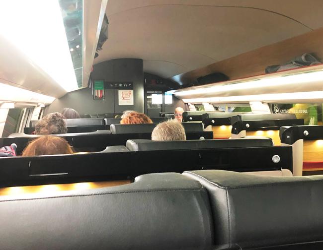 お年を召したヨーロッパ系のおじさまたちで混み合っていた、TGVの車内。