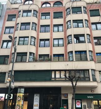 昼間ならかろうじて「宿(アパートメント)」と認識できるような、普通の雑居ビルといった佇まい。