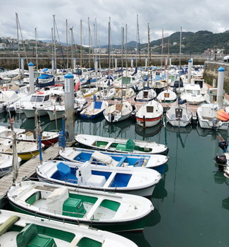 サーファーでにぎわう街としても有名な、サン・セバスチャンの港。