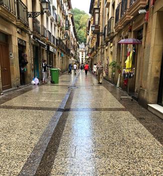 水はけの良い、バル街の道。