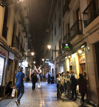 多くの人でにぎわう、サン・セバスチャンのバル街。