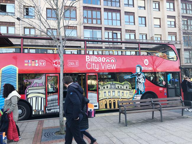 市内を一望できる観光用のバスも、立派な交通手段の一つ。