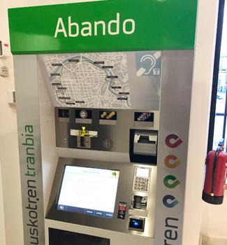 ビルバオ散策に必須となる「交通チケット」の自動販売機。