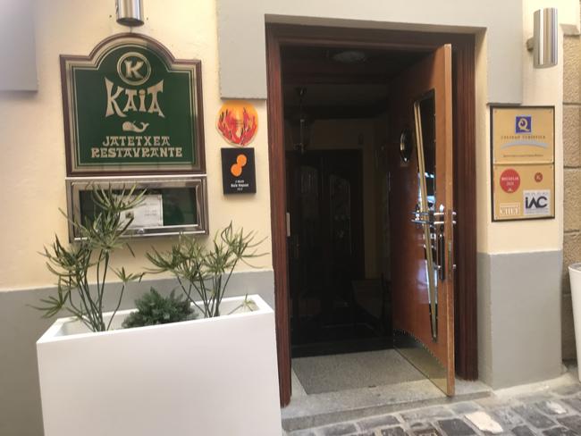 2Fにミシュランレストラン「カイアカイペ」の入口があります。