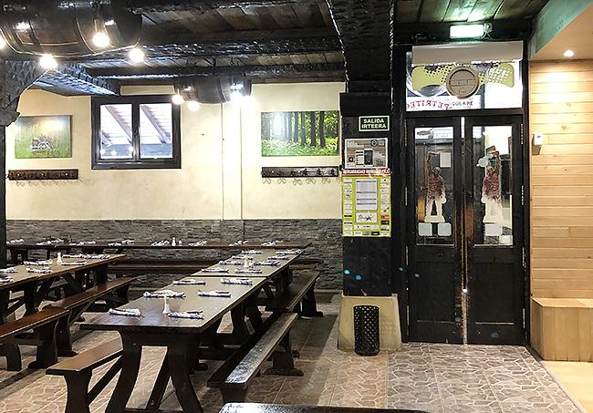 ガラス扉の奥は店内も広いレストランに。