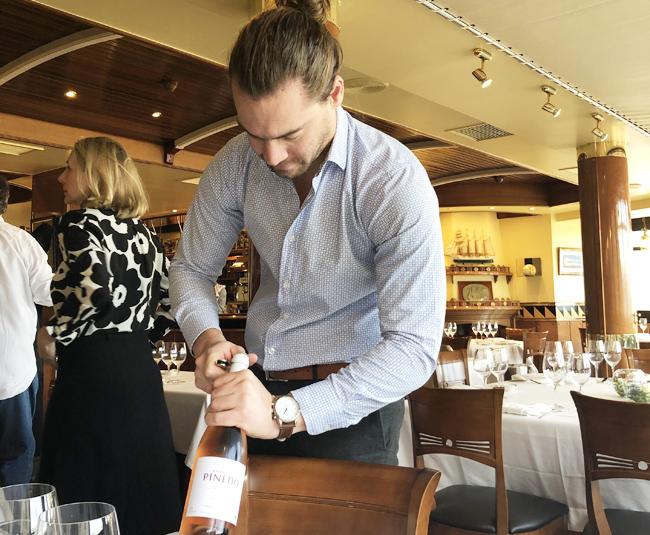 明るく陽気なスタッフがワインをサーブ!