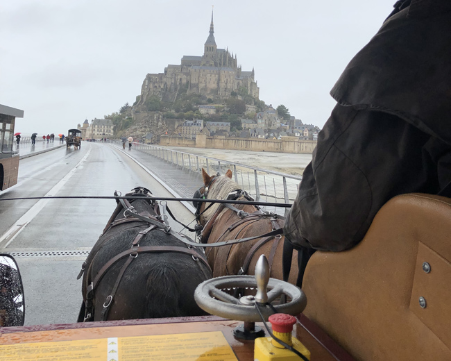 馬車から眺める「モンサンミッシェル」は幻想的。