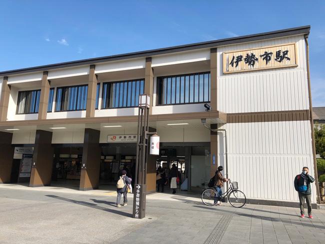 こじんまりとした伊勢市駅。