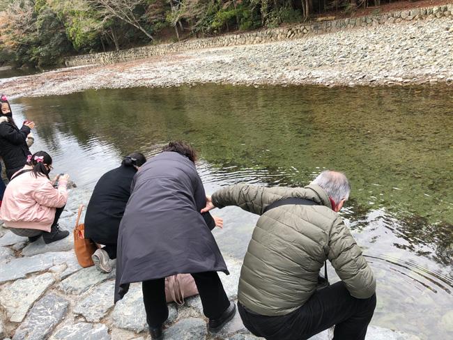 五十鈴川で手を清める方々がいっぱい